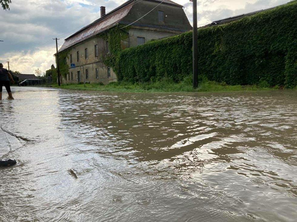 Ulice v Litomyšli na Lánech zmizela pod vodou.