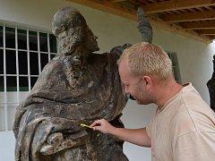 Petr Glásler patří k odborníkům, kteří restaurují sochy svatých z poličského morového sloupu. Do práce se pustili na hradě Svojanov.