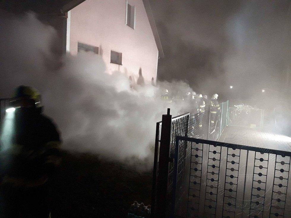 Ve sklepě domu hořelo dřevo