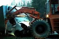 Nehoda osobního a nákladního auta a nakladače zablokovala na několik hodin státovku I/34 u Kamence u Poličky.