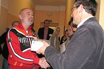 Ředitel nemocnice  Pavel Havíř (vpravo) dárci Jiřímu Jedlinskému z Březové osobně poděkoval a  předal mu  digitální měřič krevního tlaku.