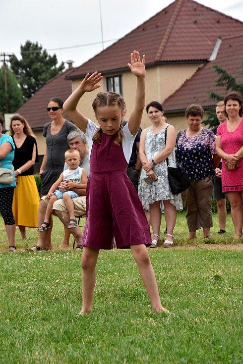 Žáci Základní umělecké školy Dolní Újezd se představili v úterý odpoledne veřejnosti v parku. Akci Zuška žije zahájila vernisáž výtvarného oboru, vystoupili malí muzikanti, zpěváci, divadelníci a tanečnice.