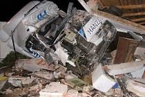 Kamion zdemoloval garáž u silnice I/34. Šestadvacetiletý řidič z Moravské Třebové vyvázl s lehkým zraněním. Škoda na renaultu a majetku majitele rodinného domu dosáhla 650 tisíc korun.