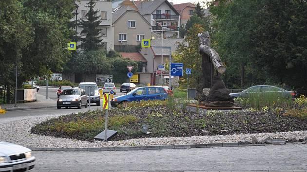 Kruhový objezd u hotelu Dalibor v Litomyšli.