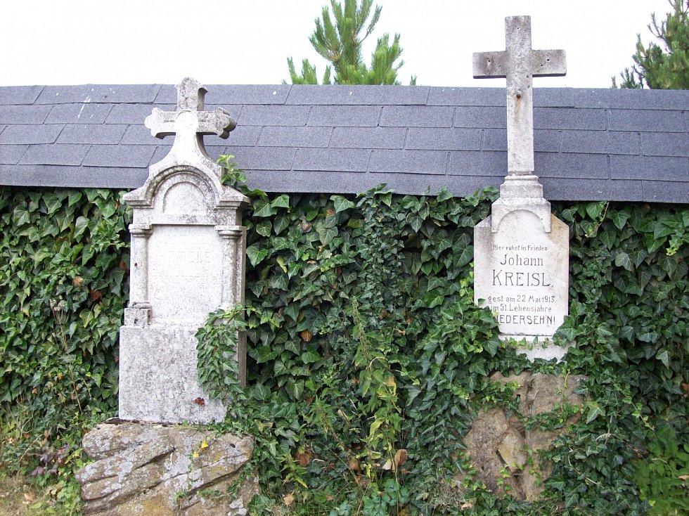 Náhrobky na zdejším hřbitově.