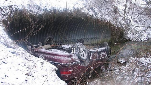 Řidič dostal smyk a skončil v potoce.
