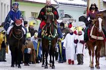 TŘI KRÁLOVÉ, Jandlovi z Poličky a Bidmonovi z Modřece, vedli tříkrálový průvod před faru.
