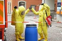 Litomyšlští hasiči při manipulaci s práškem pracovali ve speciálních oblecích.