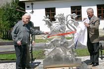 Symbol hrdostiI znamená pro Svojanovské dvouocasý lev, který k městysu vždy patřil. Pomník odkryl akademický sklář Vladimír Kopecký (vlevo) a náměstek ministra Václav Petříček doplnil operní pěvec Národního divadla Dalibor Jedlička (vlevo v pozadí).