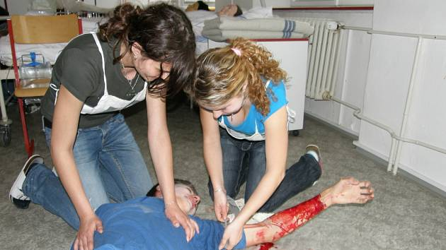 Studenti soutěžili v poskytování první pomoci.