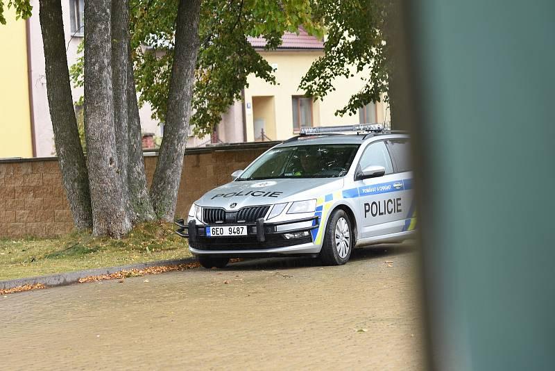 Lidé v karanténě volí ve Svitavách na drive-in stanovišti přímo z auta.