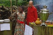 Joseline Amutuhaire a Tomáš Ondrůšek  na zahradě usedlosti v Trstěnici připravili návštěvníkům festivalu Trstěnický faun africké pokrmy.