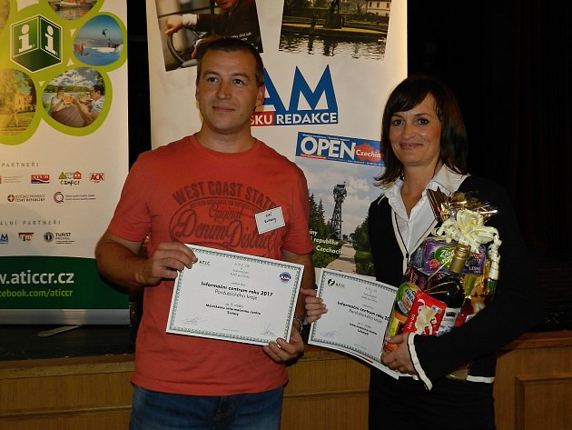 Zástupci Svitav a Litomyšle přebírají ocenění  v soutěži Informační centrum roku 2017.