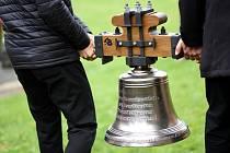 Kostel sv. Mikuláše v Čisté u Litomyšle má zase všech pět zvonů. Poslední sv. Petr se na malou věž vrátil v neděli.