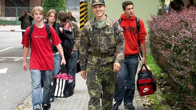 Učarovala jim uniforma. Civilní strřední školu vyměnili za vojenskou.
