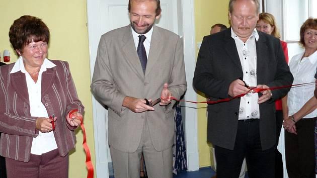 Dvě opravené učebny na gymnáziu otevřela radní Marie Málková (vlevo) a starosta Litomyšle Michal Kortyš (vpravo) společně s ředitelem odboru školství kraje Karlem Peškou.