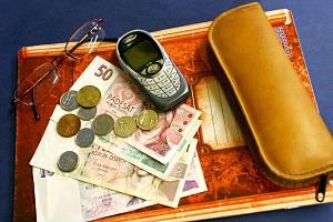 Ilustrační foto: Peníze školáci často využívají na volání z mobilního telefonu.