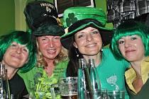 Všichni do zelené!   Svátek svatého Patrika  je neodmyslitelně spjatý  se zelenou barvou.  Ani oslava v Litomyšli nevybočovala z tradice.