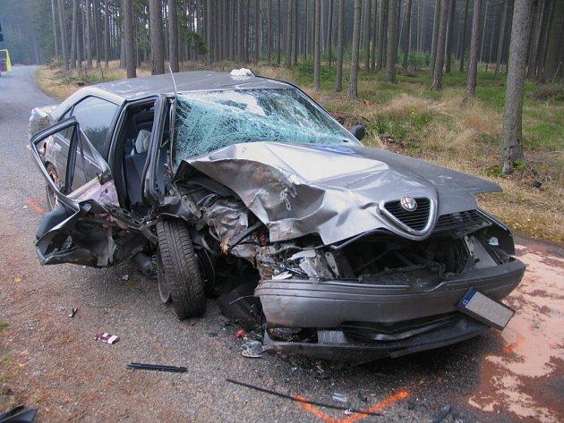 Ve středu odpoledne havaroval u Pomezí na Svitavsku mladý muž s vozem Alfa Romeo. Šestadvacetiletý řidič při průjezdu zatáčkou nepřizpůsobil rychlost. Vyjel mimo vozovku, kde čelně narazil do stromu. Skončil v nemocnici.