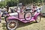 """ŠIROKÝ DŮL u Poličky hostil v sobotu 9. ročník srazu veteránů. Tisíce návštěvníků obdivovaly na tři stovky naleštěných historických automobilů, motocyklů, stabilní motory i traktory. Nejstarším vozem byl Ford z roku 1916. """"Jezdí k nám lidé z celého kraje"""