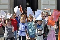 Vysvědčení v kapse a  prázdniny začaly. I pro prvňáky ze základní školy na náměstí ve Svitavách.