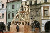Před budovou Městské galerie v Domě u Rytířů na Smetanově náměstí budou moci lidé obdivovat Perskou věž známého architekta Zdeňka Fránka, architekta Nového kostela v Litomyšli.