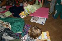 Školáci spali v budislavské knihovně.