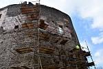 Dělníci pracují na zajištění statiky zdiva hradu Svojanov.