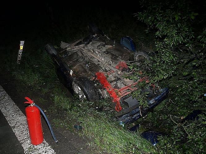 Mezi Rychnovem nad Kněžnou a Lupenicí došlo v pondělí krátce po deváté hodině večer k vážné dopravní nehodě osobního automobilu zn. Renault. Dvacetiletý řidič při dokončování předjíždění nepřizpůsobil styl jízdy svým schopnostem a na vozovce dostal smyk.