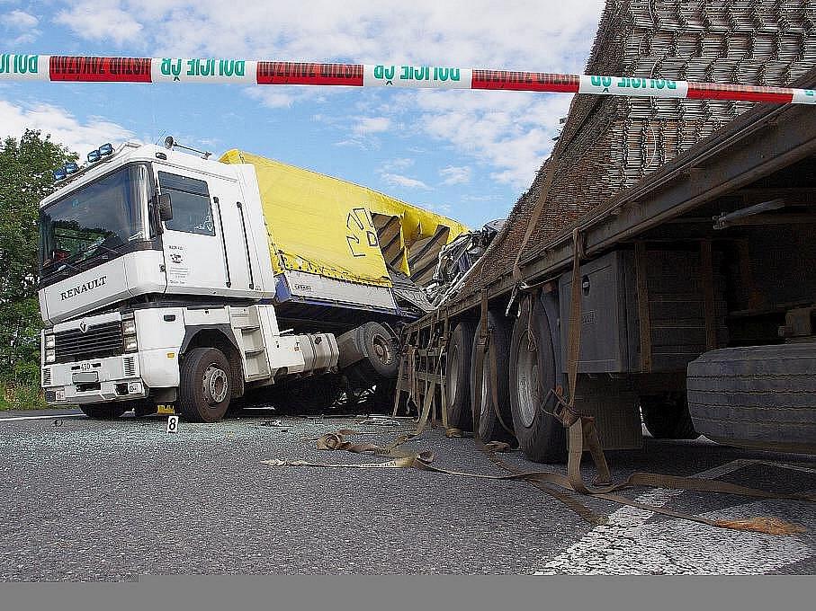 Dvě nákladní vozidla se srazila v úterý na silnici I/35 u Gajeru. Střet nepřežil jeden z řidičů.