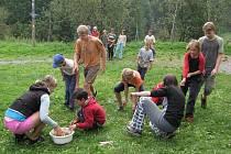 Mladí hasiči soutěžili ve škrábání brambor.