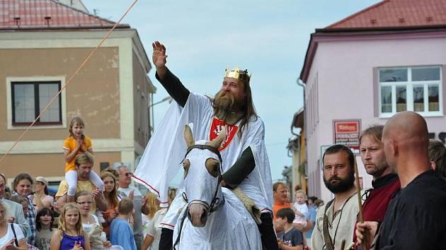 Na pouť do Jevíčka  přijel v neděli odpoledne i král Přemysl Otakar II.  Lidé  se pobavili na atrakcích v lunaparku  a  nakoupili si  na jarmarku.