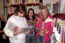 KLÁRA, LUCIE A NIKOLA chodí do Městské knihovny Ladislava z Boskovic v Moravské Třebové nejen číst.