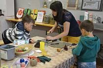 U dětí měla velký úspěch i výroba měšců.
