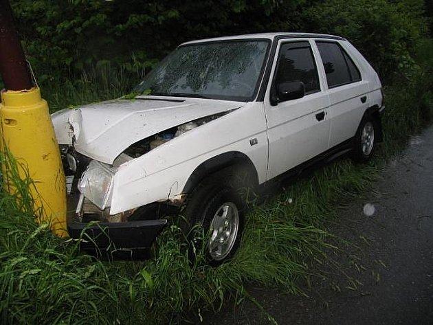 Řidič z neznámých příčin narazil do sloupu.