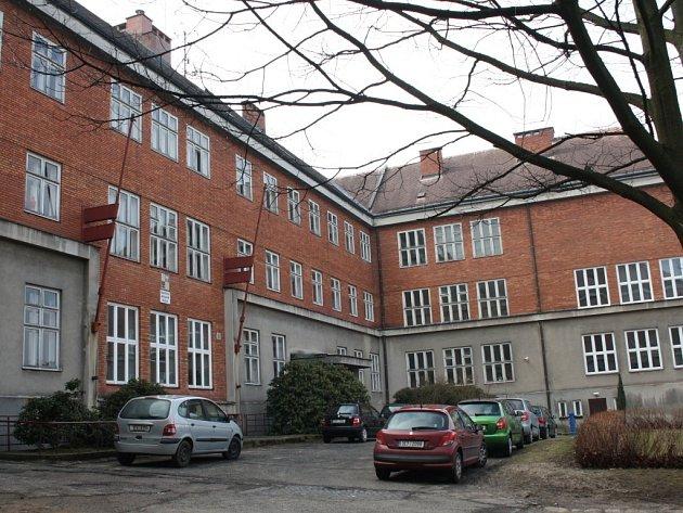 Masarykova základní škola v Poličce je architektonickým skvostem nábřeží Svobody.