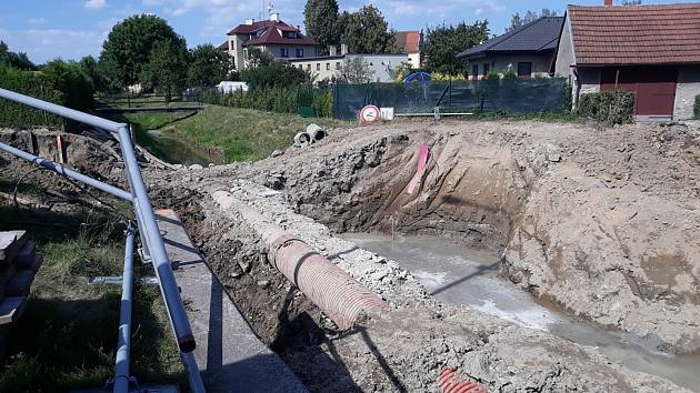 České Heřmanice trápí oprava mostu a neukáznění řidiči.