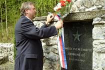 Představitelé Jevíčka položili květiny u památníku zajatcům.