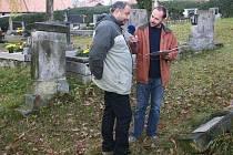 Ilustrační foto: Starosta Petr Škvařil (vlevo) plánuje mimo jiné obnovu celé hřbitovní zdi.