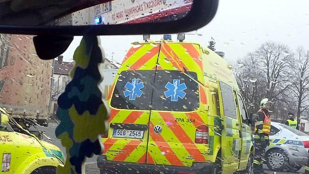 SMRTELNÁ NEHODA na kruhovém objezdu ve Svitavách komplikovala průjezd městem.