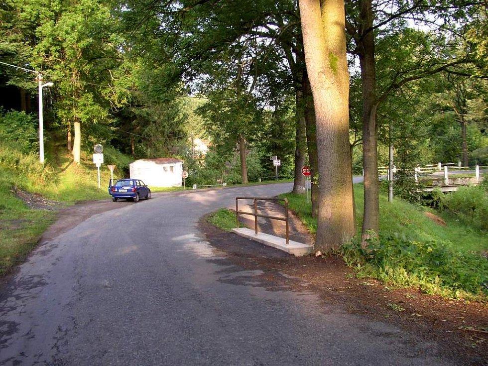 Silničáři obnovili opěrnou zeď na silnici třetí třídy u Lubné na Poličsku.