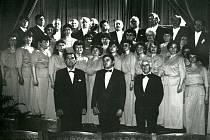 Národní umělec Eduard Haken, sbormistr Richard Šafařík a klavírista Rudolf Zeman v sále Ottendorferova domu (první řada zleva). S pěveckým sborem zde vystoupili v dubnu 1992 u příležitosti oslav 400. výročí narození J. A. Komenského.