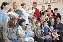 V neděli odpoledne se uskutečnilo v budislavském kostele Boží lásky vítání nových občánků. Tentokrát jich měli šest. Všechny děti si vyzkoušely krásnou malovanou kolébku a na památku dostaly od obce drobný dárek.