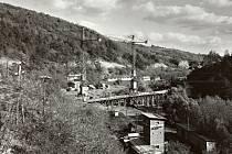 JEŘÁBY ŽELEŠICE.  Stavba viaduktu přes říčku Bobravu.