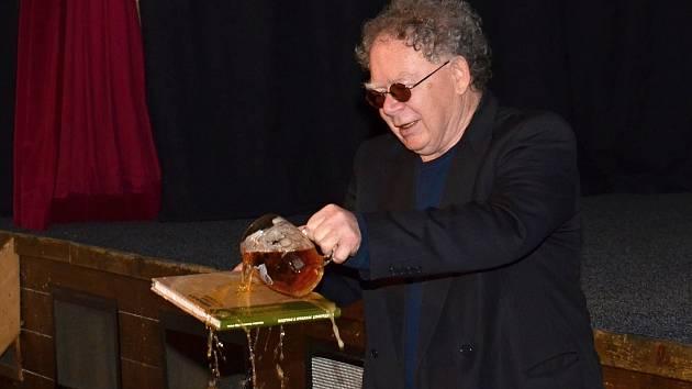 KAREL WITZ uvedl knihu do života stylově. Při slavnosti ji polil – jak jinak – poličským pivem.
