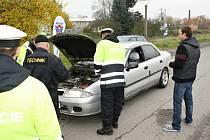 Je tu všechno v pořádku? Technik Pavel Klein zkontroloval teplotu brzdové kapaliny a řidičům dal rady.