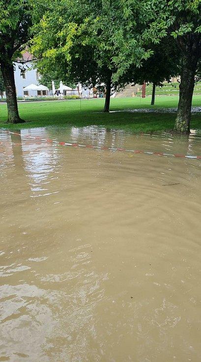 Klášterní zahrady v Litomyšli jsou po lijáku pod vodou.