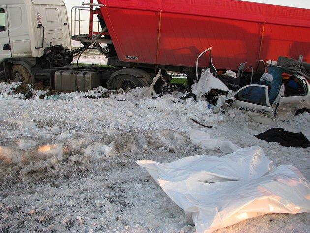 Na silnici I/35 za odbočkou na Opatov se v pátek ráno stala tragická nehoda, při níž zahynuli dva lidé