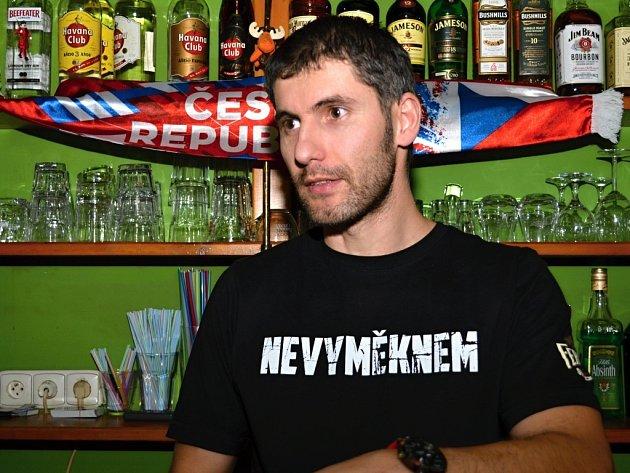 Fanoušci hokeje se sešli v litomyšlském baru, aby shlédli utkání Česko - Švédsko.