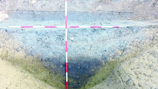 Hrotitý příkop ve tvaru písmene V, který je typický pro římské pochodové tábory, odkryli před nedávnem archeologové při záchranném výzkumu v Jevíčku.